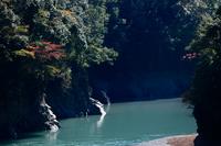 ダム湖と色づき始めた木々