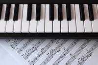 キーボードと楽譜