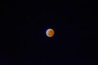 星空に浮かぶ皆既月食の赤い月