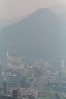 三角山の麓の霞む街