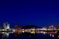 夜の新町川と眉山