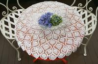 部屋の丸いテーブルに飾ってある花と椅子