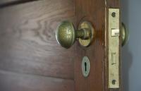 部屋の古い木製のドア