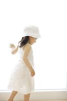 窓辺を歩く女の子