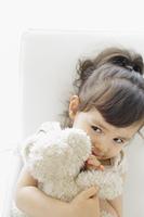 ぬいぐるみを抱く女の子