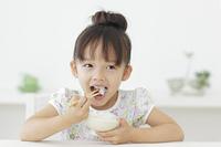 ごはんを食べる女の子