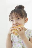 パンを食べる女の子