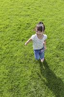 広い芝生の上で遊ぶ女の子