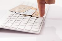 クレジットカードと男性の手