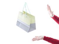 紙袋と女性の手