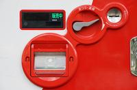 日本の飲料自販機の現金投入口