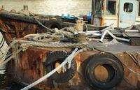 港に停泊している錆びた古い鉄の船