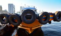 港に停泊している船の船首
