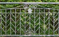 公園の柵の模様と樹木の緑