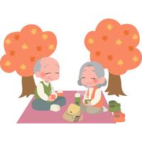 紅葉狩りを楽しむ高齢者