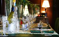 部屋の食卓の食事準備風景