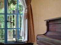 窓のある部屋のピアノ