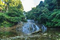 夏の養老渓谷の粟又の滝の風景