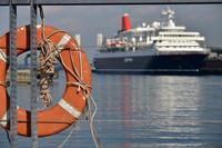 港の客船と浮き輪