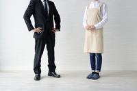 ビジネスマンと専業主婦世帯イメージ