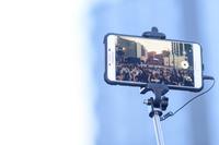 スマートフォンと自撮り棒