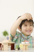 木のおもちゃで遊ぶハーフの男の子