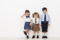 制服を着たハーフの男の子と女の子