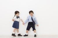 制服を着た男の子と女の子
