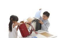 ランドセルに学校の準備する子供