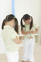 鏡の前で着替える女の子