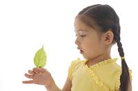 葉っぱを持つ女の子