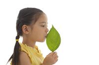 葉っぱにキスする女の子
