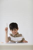 勉強をするハーフの男の子