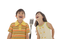 歌っているハーフの女の子と男の子