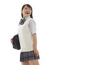 後ろを振り返る学生の女の子