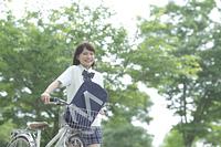 新緑の中の自転車と女子高生