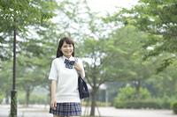新緑の中の女子高生