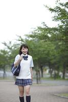 新緑の中を歩く女子高生