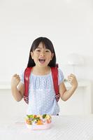 お弁当を見て喜ぶ女の子