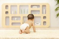 リビングでハイハイする裸の赤ちゃん