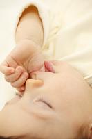 眠る赤ちゃんのアップ