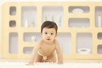 リビングでハイハイする赤ちゃん