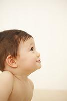 裸の赤ちゃんの横顔
