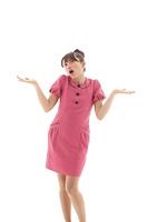 ピンクの服を着て両手をあげるポーズの若い女性
