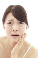 肌トラブルを抱える女性