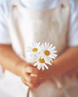 花を持つ女の子の手