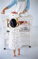ケーキをつくる母娘