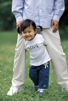 芝生で遊ぶパパと女の子