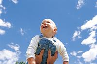青空と赤ちゃん(高い高い)