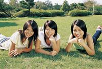 芝生の3人の女性